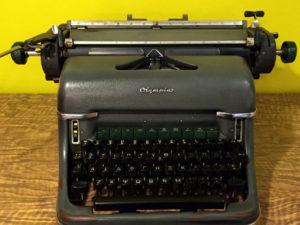 Olympia Vintage Γερμανική Γραφομηχανή Με Ελληνικούς Χαρακτήρες
