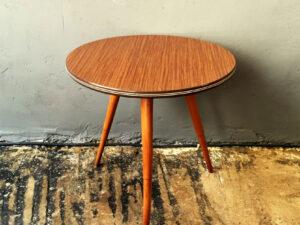 Στρογγυλό Βοηθητικό Τραπέζι Φορμάικα Με Τρία Πόδια