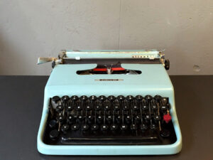 Olivetti Lettera 22 With German Characters & Original Currying Case