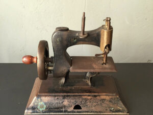 Collectable Vintage Small(21cm) Metal Sewing Machine